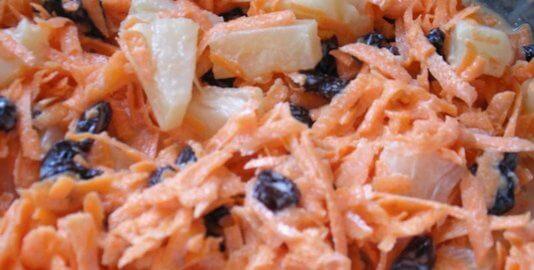 Ensalada de zanahoria, manzana y pasas ralladas